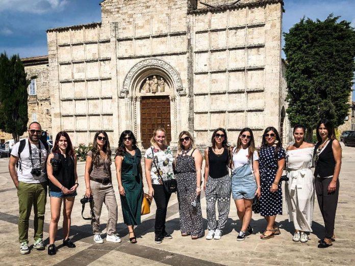 Blogger davanti la chiesa dei SsVincenzo e Anastasio ad Ascoli Piceno