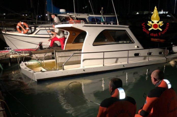 barca affonda al porto di Ancona